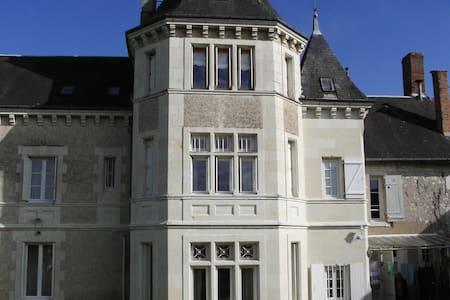 """Chambre d'Hôtes  """"La Tourelle des Echelles"""" - Lésigny"""