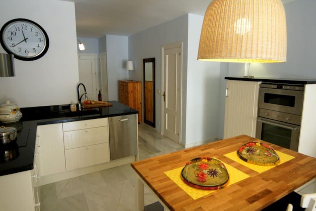 De open keuken met doorgang naar de slaapkamer