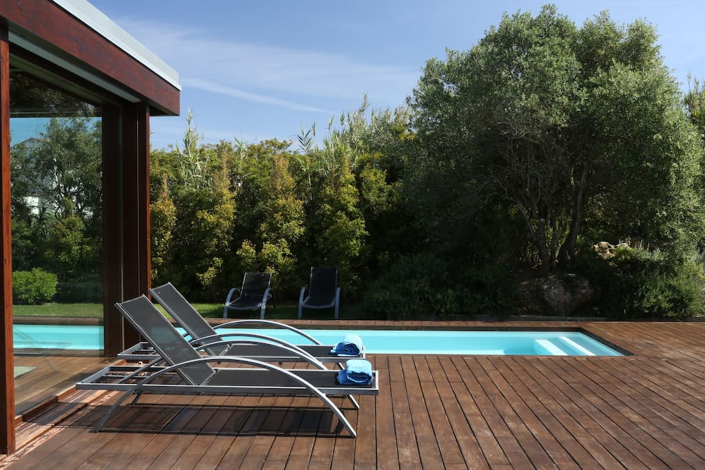 Swimming pool and chairs / Piscina e cadeiras