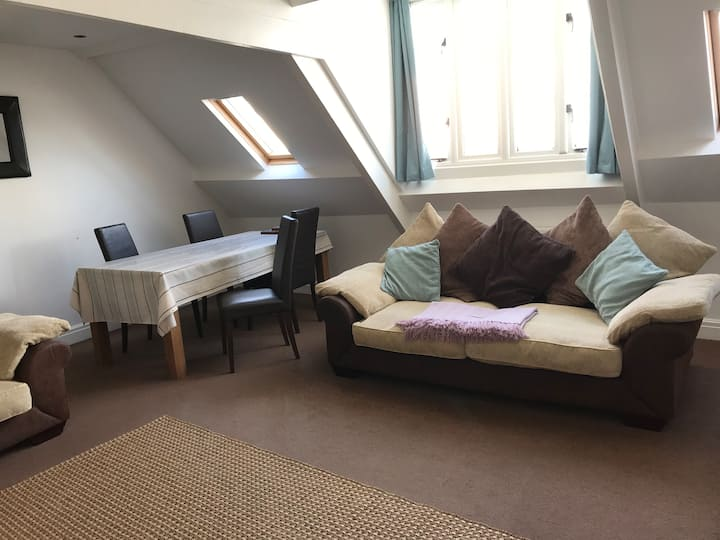 Spacious relaxing central Tenby flat with sea view