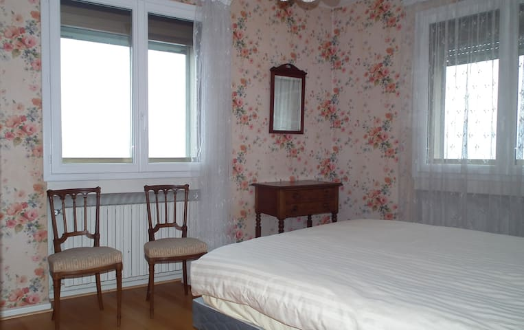 Chambre vue lac avec lit de 160 cm