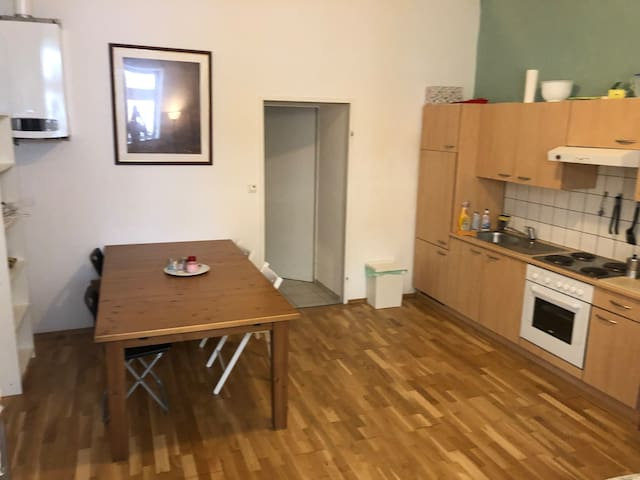 Private Studio with kitchen, city centre, airport