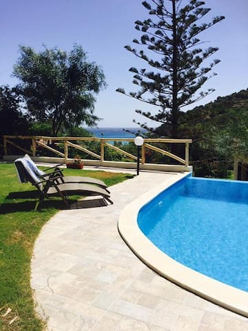 beach side villa metres from the 🏝 beach bay
