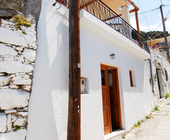 Unique and charming village house - Mirthios - Huis