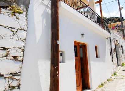 Unique and charming village house - Mirthios - 一軒家