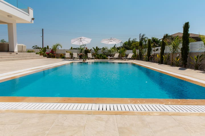 Andriana,swimming pool, Jacuzzi, Sauna, Gym, WiFi
