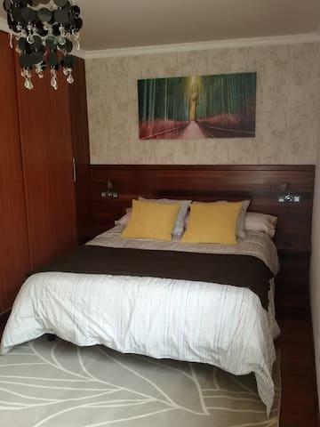 Dormitorio, con cama de 1,50 m. Bedroom, with a 1.50 m bed. Chambre à coucher avec un lit de 1,50 m.