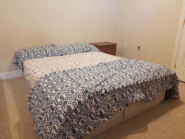 Clean, bright, bedroom avl (20 mins to downtown)