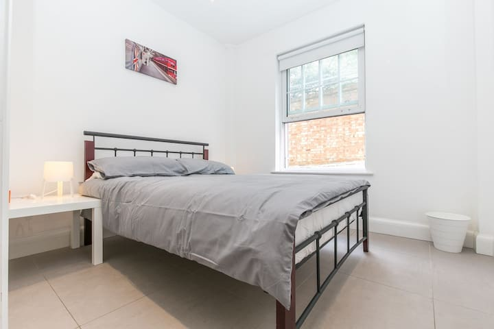 Modern apartment 1 mins walk to the  tube  station