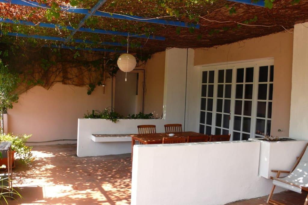 terrazzo con tavolo per il pranzo all' aperto