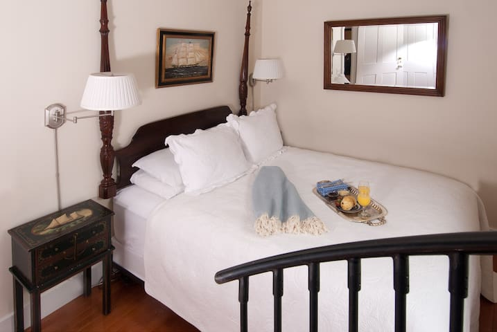 Newport RI Queen Bed and Breakfast