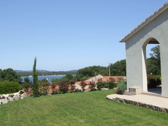 Villa au calme dans parc boisé avec accès mer
