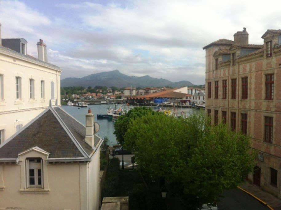 La vue sur la Rhune et le port de Donibane (St Jean de Luz en basque)