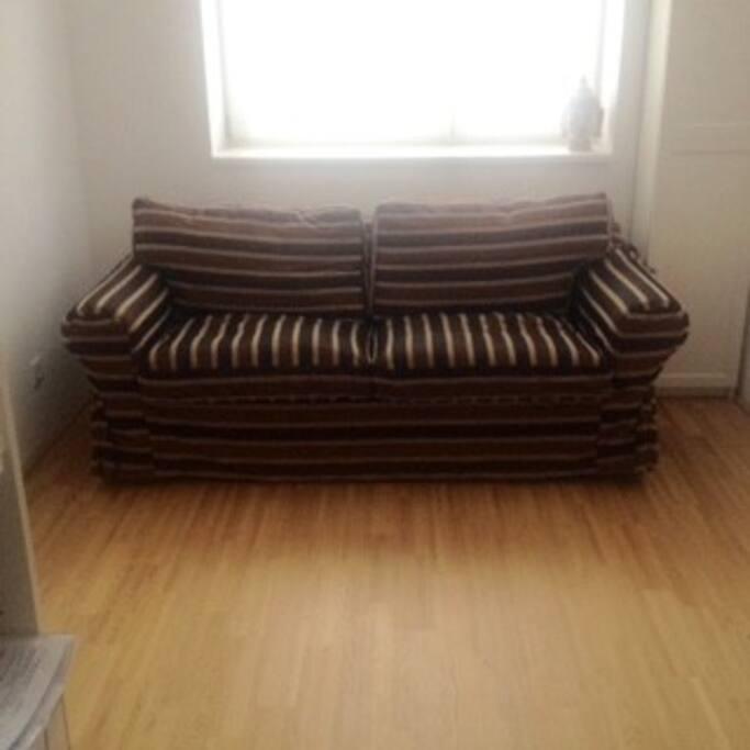 Couch wird schön Überzogen und frische Bettwäsche ist auch vorhanden ;-)