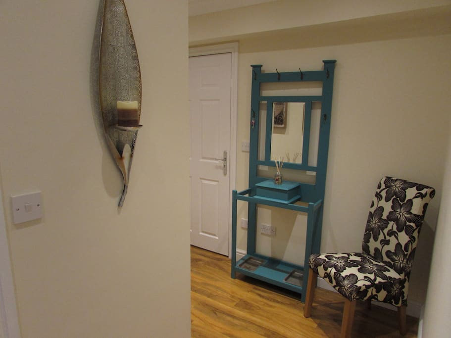 Large hallway with 2 cupboards for storage