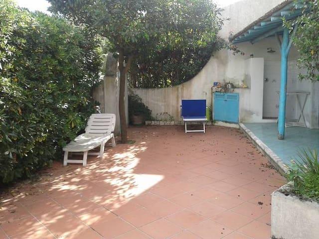 Il giardino con  ampio patio coperto