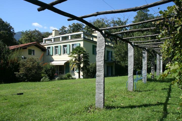 Ferienwohnung mit riesigem Garten und Dachterrasse - Origlio