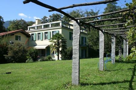 Ferienwohnung mit riesigem Garten und Dachterrasse - Origlio - Apartamento