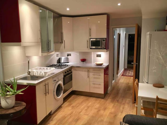 2 Bed Apartment / Roof terrace 1min Turnpike Lane