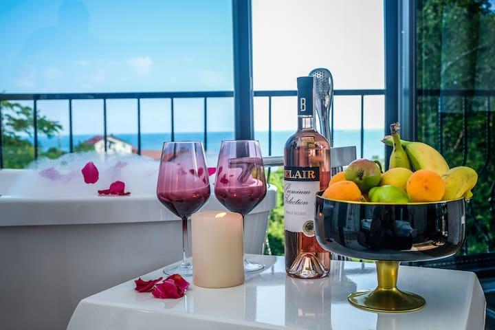 Misafirlerimize ikram olarak bir adet şarap ve meyve tabağı sunmaktayız.