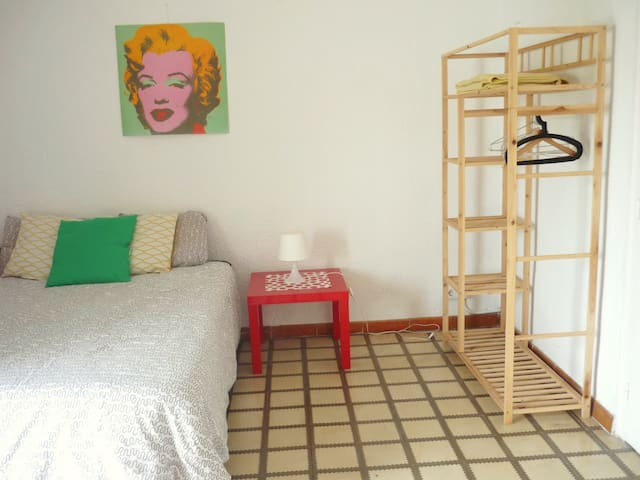 Room & balcony, 5´from beach - Barcelona