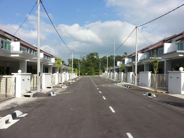 Double Storey Terrace Homestay - Batu Maung - Casa
