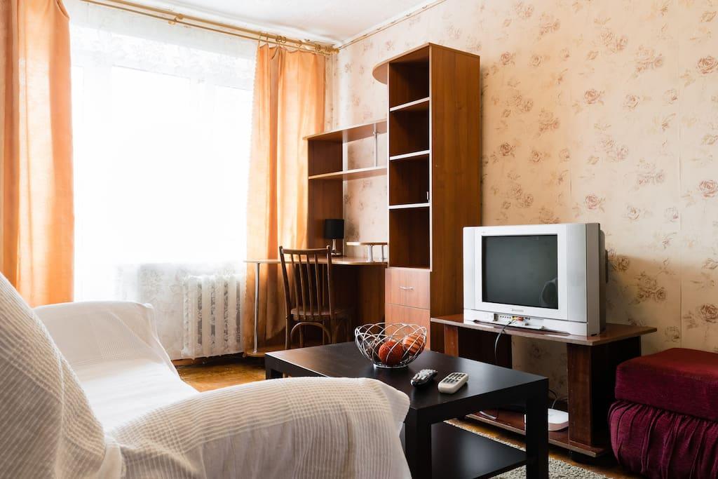 В зале находится: Балкон, телевизор, письменный стол, журнальный столик, wifi, кабельное телевидение.