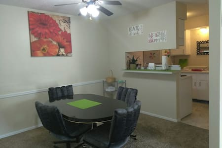 Lovely, Clean, Colorful, Cozy 2B/2B - Oklahoma City - Apartemen