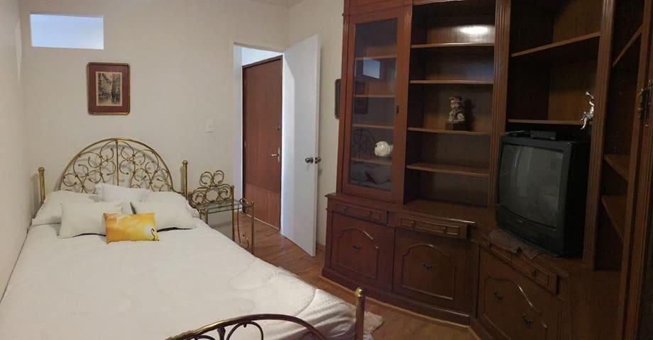 Atractiva habitación para descanso o trabajo.
