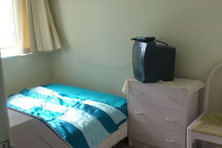 Quiet Professional Homestay (3) - New Haw, Addlestone