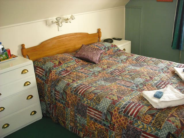 Large Double room with private ensuite bathroom