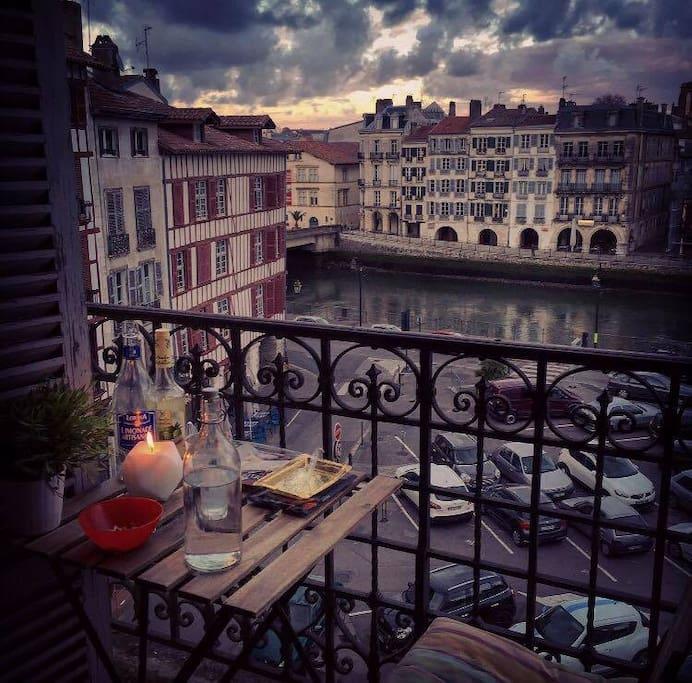 Balcon avec vue imprenable sur la Nive et les Halles de Bayonne...