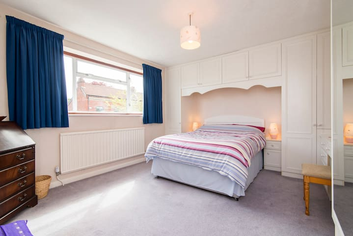 Good sized double room - Bramhall - Casa