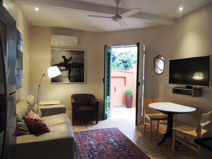 Urca, sala e quarto na melhor rua do bairro.