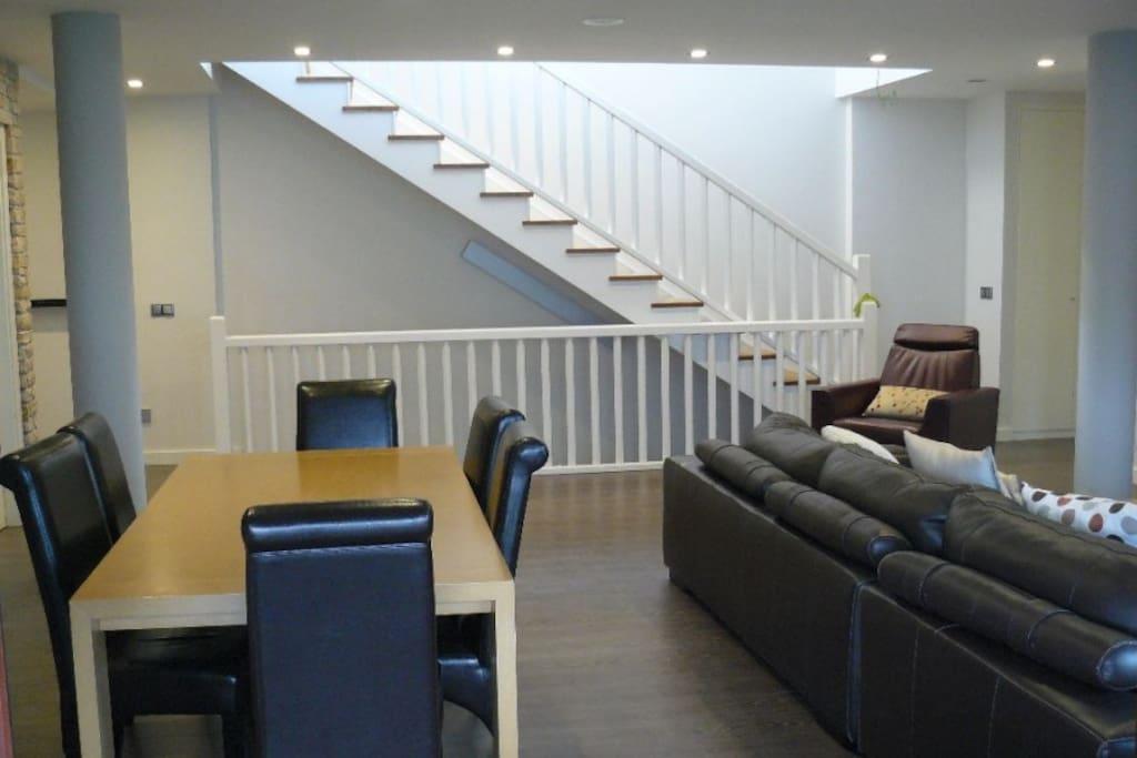 Salón-Comedor de 43 m2.Mesa para 12 personas.