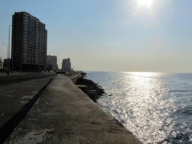 Room with balcony close to Malecon!