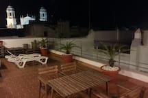 Terraza equipada con focos para poder disfrutar de noche de las vistas hacia la Catedral iluminada