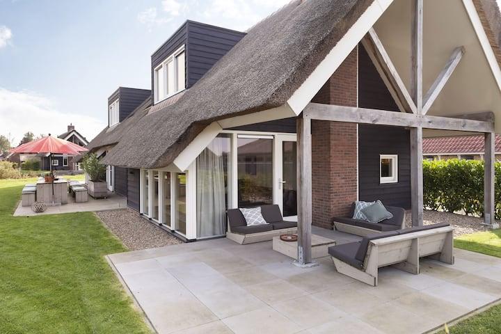 Luxe watervilla Z01 met sauna & tuin aan het water