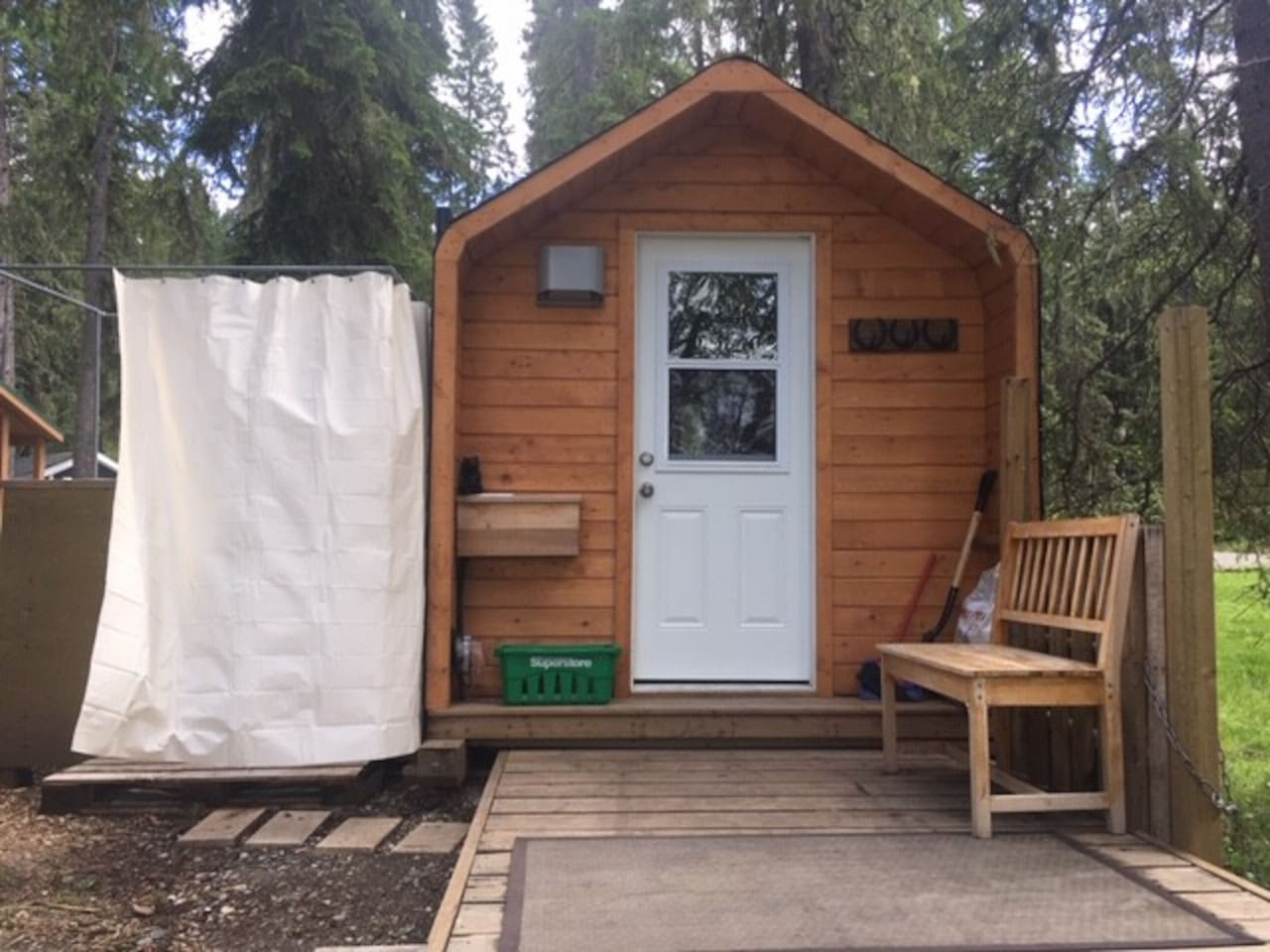 Heated 8 x 16 cabin.    Outdoor shower(limited hot water). BBQ. Fire pit. Surrounded by  trees with your own private deck and river view.   Steps away from amazing hiking and a 15 min walk to the Hamlet with shops, pubs, and  restaurants.