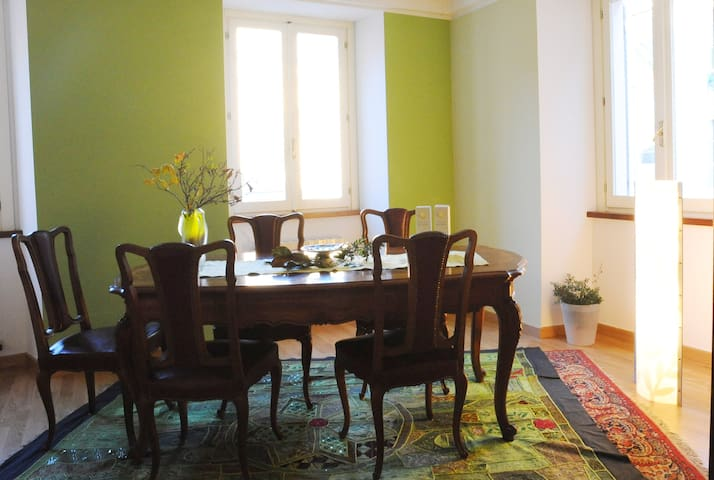 Colorful double room in art residence-Ivrea centre - Ivrea - 家庭式旅館