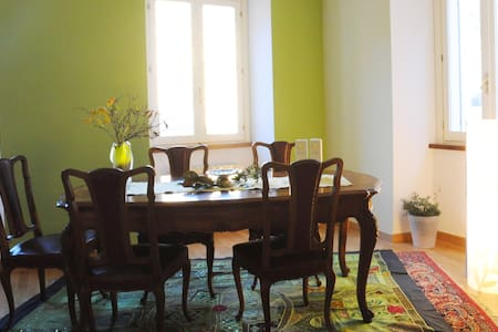 Colorful double room in art residence-Ivrea centre - Ivrea - Bed & Breakfast