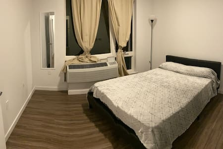 NICE ROOM (20 min from time square with a bus )