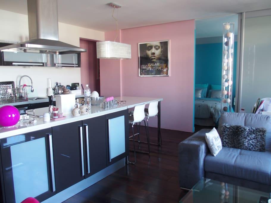 Pièce principale US cuisine, salle à manger, salon Main room, US kitchen, eating and living room