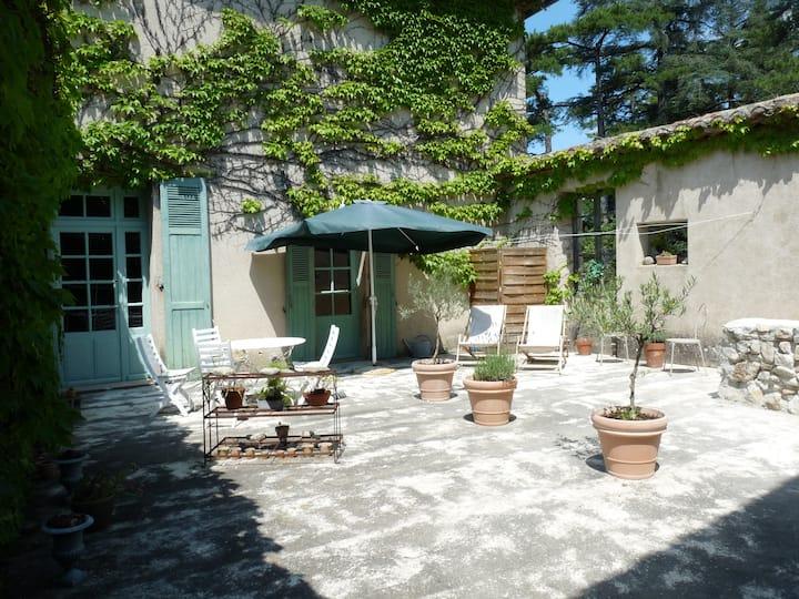 GITE  dans demeure ancienne dans domaine viticole.