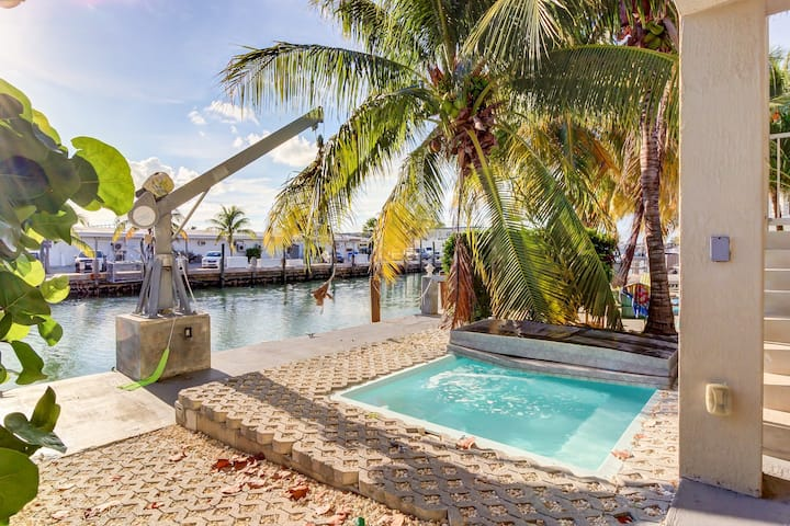Waterfront half-duplex w/ 30-ft dock, sitting pool, and private beach access!