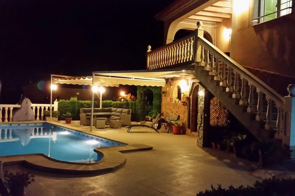 La piscine et sa terrasse .