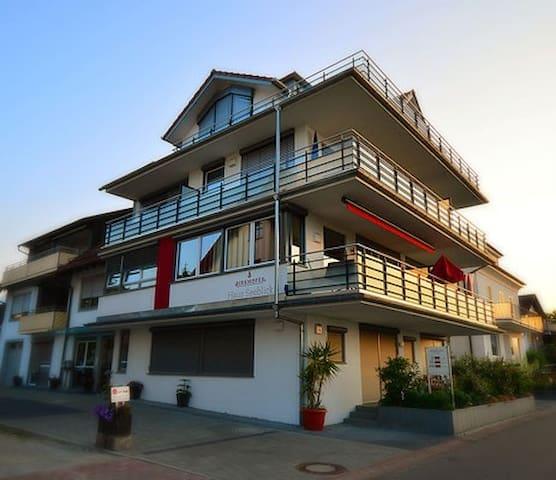 Birkhofer Seegenießen - Haus Seeblick (Immenstaad am Bodensee), Wohnen auf zwei Ebenen - seitlicher Seeblick
