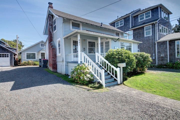 Beautiful Seaside home with mother-in-law cottage & easy beach access!