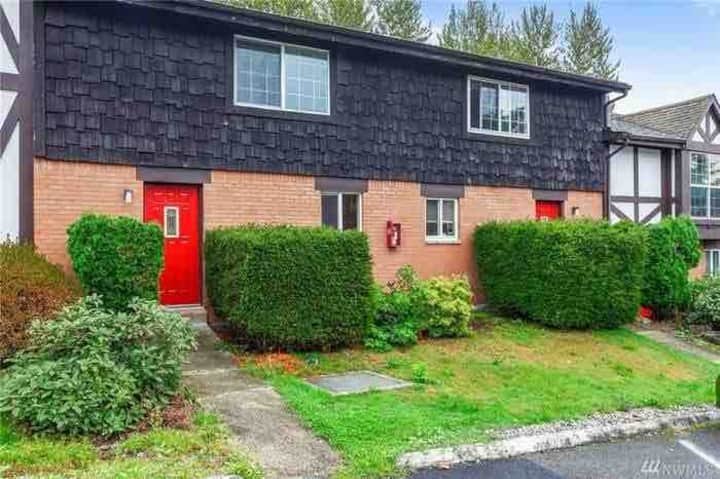 Townhouse walking distance to airport and train!