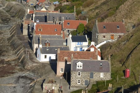 Crovie Cottage on the sea shore - Gardenstown